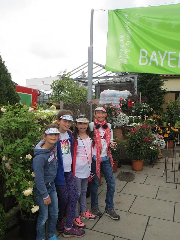 Leonie, Nadja, Falicia und Emilia vor der Gärtnerei Bisle