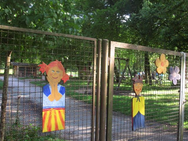 Angemalte Figuren am Münchner Kindlheim_KB (9)