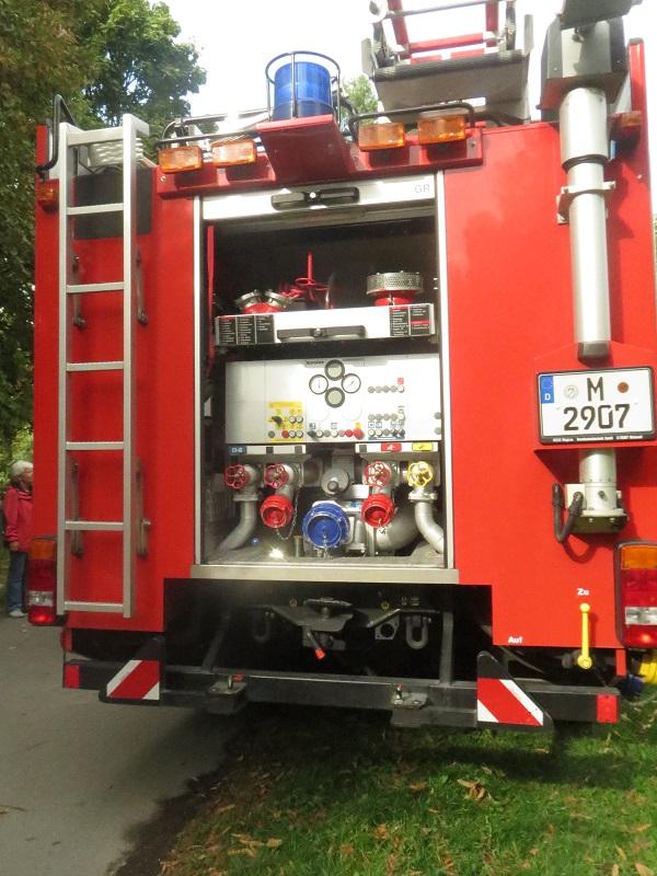 Der große Feuerwehrwagen von hinten