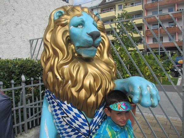 Der erste Löwe in der Straße