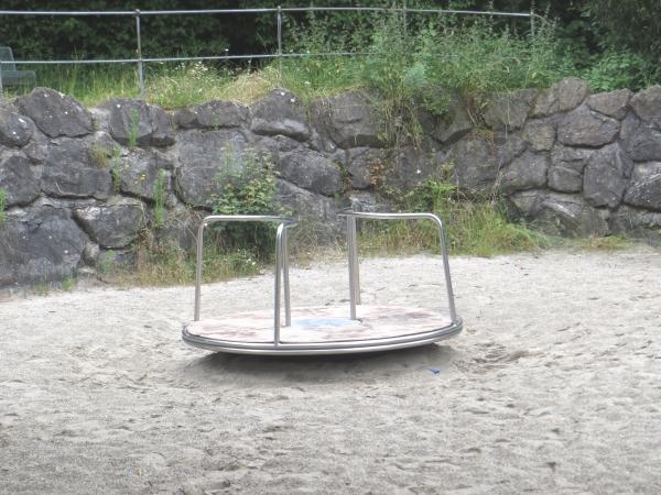 Kleines Karussel beim Wasserspielplatz