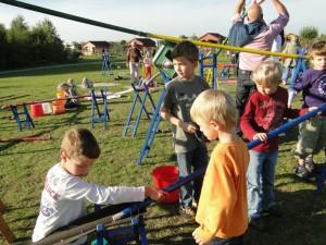 Kinder spielen und bauen an der großen Murmelbahn auf dem Spielplatz Im Gefilde.